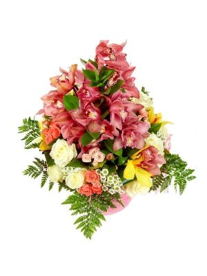 Букет цветов из орхидеи, хризантемы и роз, а также рускуса и папоротника №41 с доставкой.