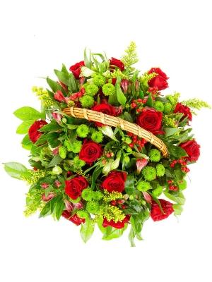 Букет-корзина из белой альстромерии, зеленой хризантемы и красных роз №21