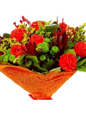 Букет цветов из красных восковых роз, зеленой хризантемы и леукодендрона №42 с доставкой.