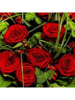 Букет цветов из красных роз, зеленой хризантемы и красного гиперикума №44 с доставкой.