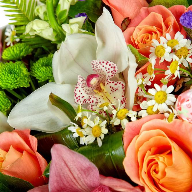 Букет цветов из разноцветных роз, зеленой хризантемы и розовой орхидеи №39 с доставкой.