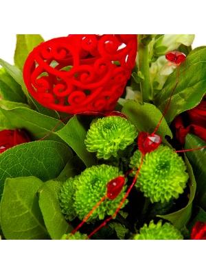 Букет цветов из красных роз, зеленой хризантемы и белой антирринумы №46 с доставкой.