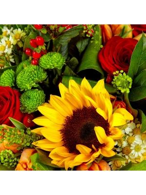 Букет цветов из зеленой хризантемы, красных роз, подсолнуха и тюльпанов №50 с доставкой.