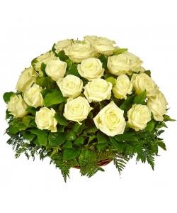 Букет-корзина из белых роз (51 шт.) и папоротника №25