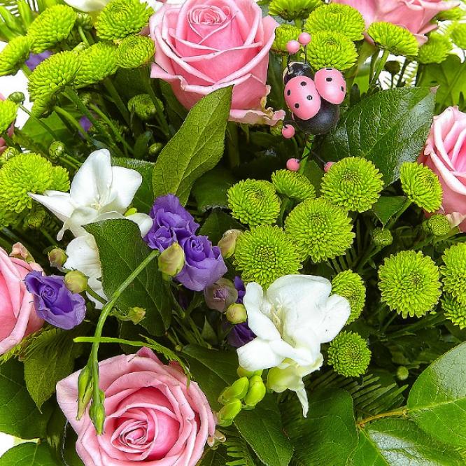 Букет цветов из зеленой хризантемы, розовых роз, белой фрезии и голубого лизиантуса №52 с доставкой.