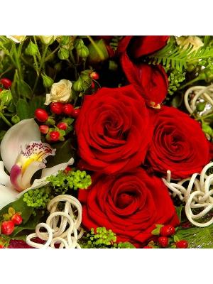 Букет цветов из красных и кремовых роз, белой орхидеи, красного амариллиса и теласпий №53 с доставкой.