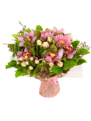 Букет цветов из розовой герберы, кремовых кустовых роз, розовой орхидеи и вакс №56 с доставкой.