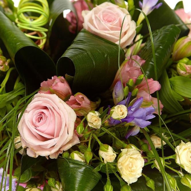 Букет цветов из розовых альстромерии и роз, кремовых кустовых роз и голубой фрезии №57 с доставкой.