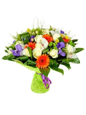 Букет цветов из зеленой хризантемы, рыжей герберы, кремовых и белых роз, а также белой и синей орхидеи №58 с доставкой.