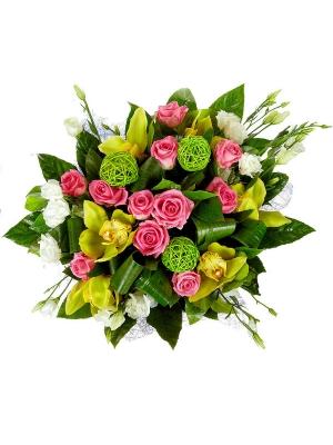 Букет цветов из розовых роз, зеленой орхидеи, белого лизиантуса и пестрой аралии №63 с доставкой.