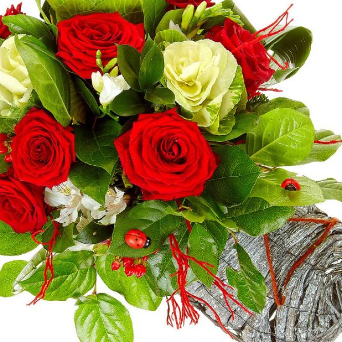 Букет-башмак из белой альстромерии, красных роз, белой фрезии и красного гиперикума №32
