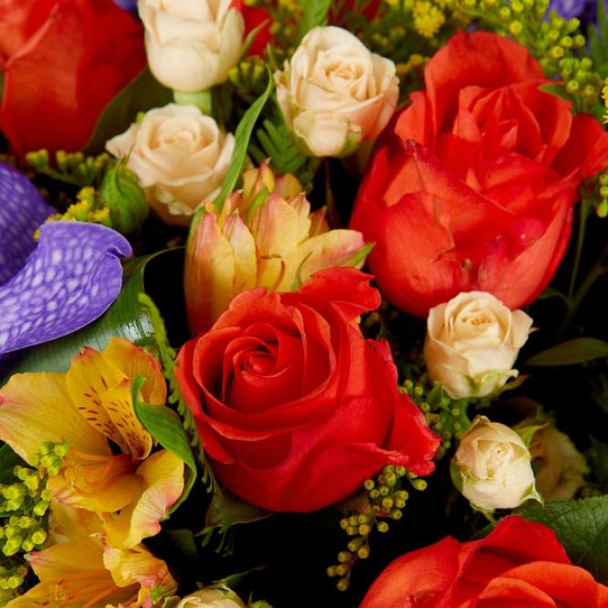 Букет цветов из желтой альстромерии, рыжих и кремовых роз, синей орхидеи и красного гиперикума №65 с доставкой.