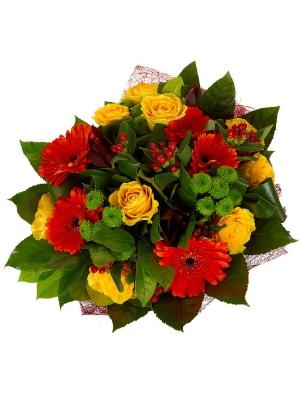 Букет цветов из зеленой хризантемы, рыжей герберы, желтых роз и красных гиперикума и леукодендрона №66 с доставкой.