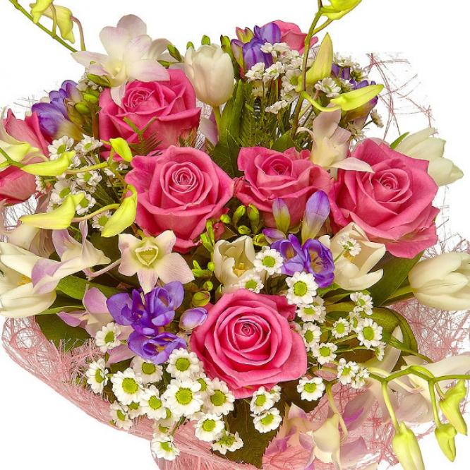 Букет цветов из белой хризантемы, голубой фрезии, розовых роз, белых тюльпанов и розовой орхидеи №67 с доставкой.
