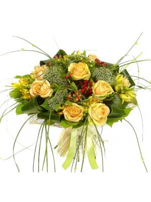 Букет цветов из желтой альстромерии, красного гиперикума, кремовых роз и белого трахелиума №68 с доставкой.