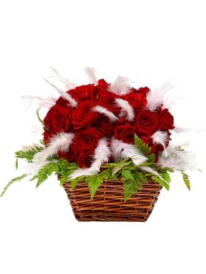 Букет-корзина из красных роз (35 шт.), перьев и папоротника №34