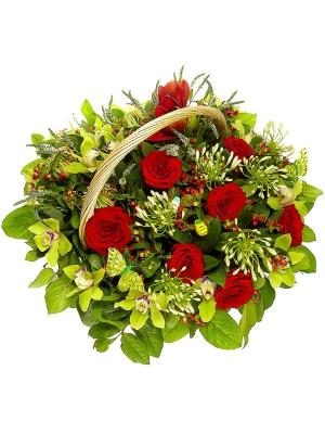 Букет-корзина из красных роз, зеленой орхидеи, красного гиперикума и белого агапантуса №35