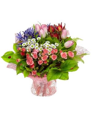 Букет цветов из розовых кустовых роз, хризантемы, тюльпанов, агапантуса и леукодендрона №12 с доставкой.