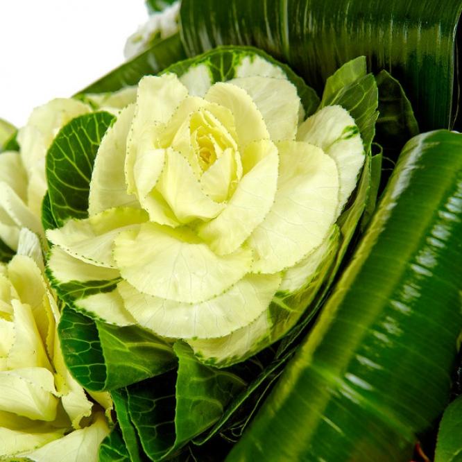 Букет цветов из белой хризантемы, голубой фрезии, розовых роз, брасики и пестрой аралии №71 с доставкой.