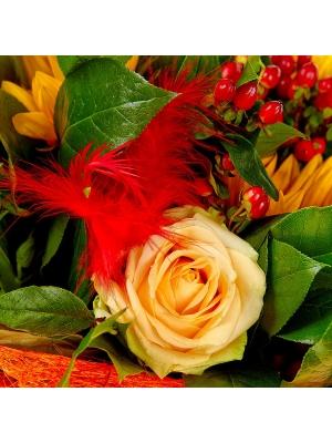 Букет цветов из желтой альстромерии, кремовых роз, темно-желтого подсолнуха и красного гиперикума №73 с доставкой.