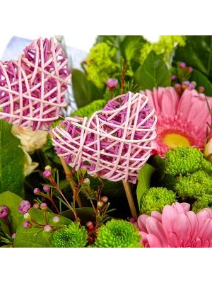 Букет цветов из зеленой хризантемы, розовой герберы, кремовых кустовых роз и пестрой аралии №74 с доставкой.