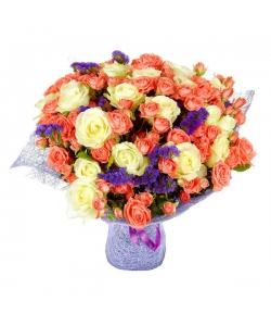 Букет цветов из белых и розовых роз, статици, салала и кремовых кустовых роз №75 с доставкой.