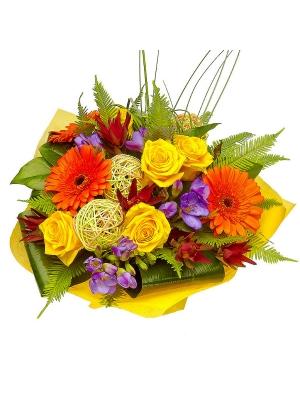 Букет цветов из желтых роз, рыжей герберы, голубой фрезии и красного леукодендрона №3 с доставкой.