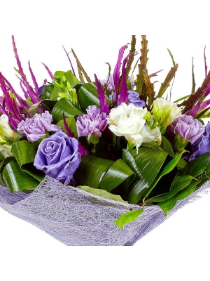 Букет цветов из восковых роз, белой фрезии, фиолетового гравелия, салала и синих гвоздик №78 с доставкой.