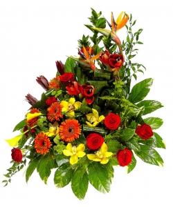 Букет цветов из зеленой хризантемы, рыжей герберы, желтой каллы, красных роз и желтой орхидеи №79 с доставкой.