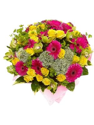Букет цветов из желтых роз, зеленой орхидеи, малиновой герберы и синего и белого трахелиума №81 с доставкой.