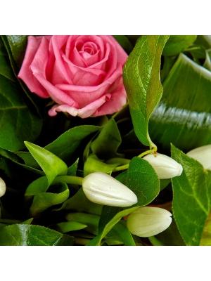 Букет цветов из розовых роз, синих гиацинтов, аспидистр и белых тюльпанов №84 с доставкой.