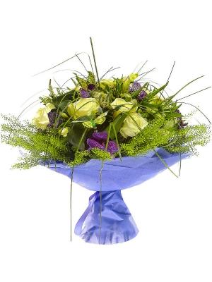 """Букет цветов из белой альстромерии, синей орхидеи """"Ванда"""", белой вероники и пестрых листьев с доставкой."""