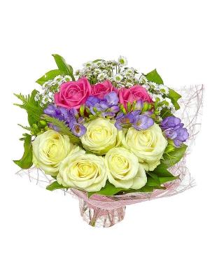 Букет цветов из белой хризантемы, голубой фрезии, розовой и белой розы №1 с доставкой.