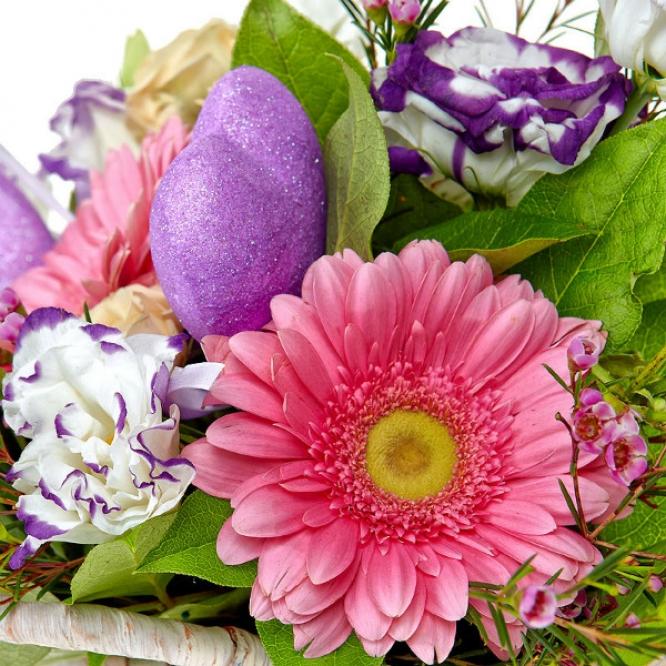 Букет-корзина из бело-голубого лизиантуса, розовой герберы и кремовых кустовых роз №39