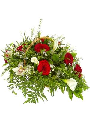 Букет-корзина из белой хризантемы, красных роз, белой каллы, папоротника и белой орхидеи №40