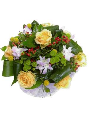 Букет цветов из зеленой хризантемы, желтой краспедии, кремовых роз, розовой орхидеи и гиперикума №89 с доставкой.