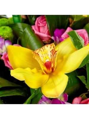 """Букет цветов из зеленой хризантемы, розовых роз, желтой орхидеи и розовой орхидеи """"Дендробиум"""" №94 с доставкой."""