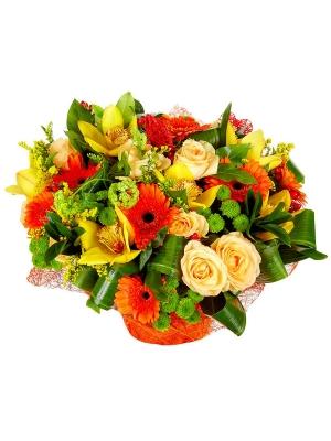 Букет цветов из зеленой хризантемы, рыжей герберы, кремовых роз, желтой орхидеи и гиперикума №96 с доставкой.