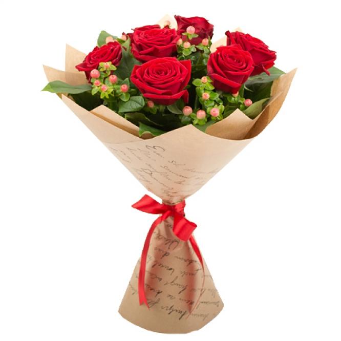 """Букет цветов из красных роз """"Гран При"""" (7 шт.), салала и розового гиперикума №105 с доставкой."""