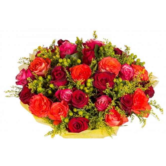 Букет цветов из разноцветных роз (31 шт.), салала и солидаго №124 с доставкой.