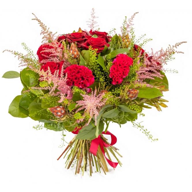 """Букет цветов из красных роз """"Ред Парис"""", астильбы, салала и декоративной зелени №130 с доставкой."""