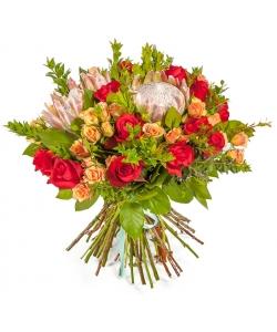 Букет цветов из красных роз, кремовых кустовых роз, протеи, салала и экзотической зелени №132 с доставкой.