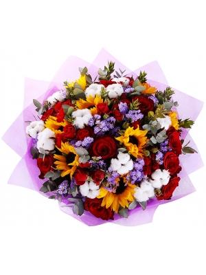 """Букет цветов из красных роз, темно-желтого подсолнуха, статицы, эвкалипт синерия и розы """"Мирабель"""" №54 с доставкой."""