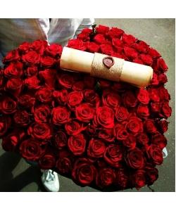 Незабываемая композиция из крансых роз (101 шутка) в виде сердца с доставкой по Киеву.