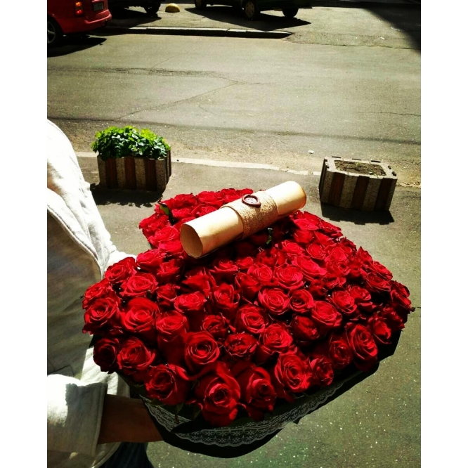 Незабываемая композиция из красных роз (101 штука) в виде сердца с доставкой по Киеву.