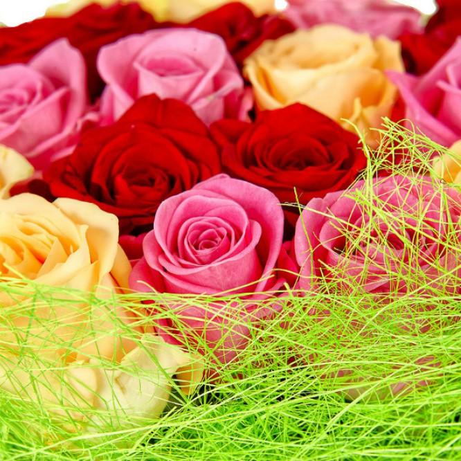 Букет цветов из розовых, кремовых и красных роз №5 (21 шт.) с доставкой.