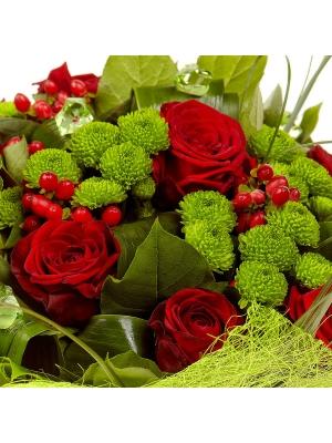 Букет цветов из красных роз, зеленой хризантемы и красного гиперикума  №5 с доставкой.