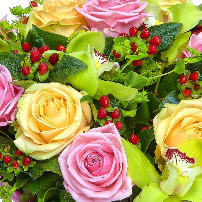 Букет цветов из розовых и кремовых роз, красного гиперикума и зеленой орхидеи №5 с доставкой.