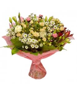 Букет цветов из кремовых кустовых роз, белых эустомы, хризантемы и розовых тюльпанов №5 с доставкой.