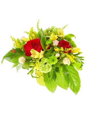 Букет цветов из красных роз, желтой альстромерии, зеленой хризантемы и кремовых кустовых роз №9 с доставкой.